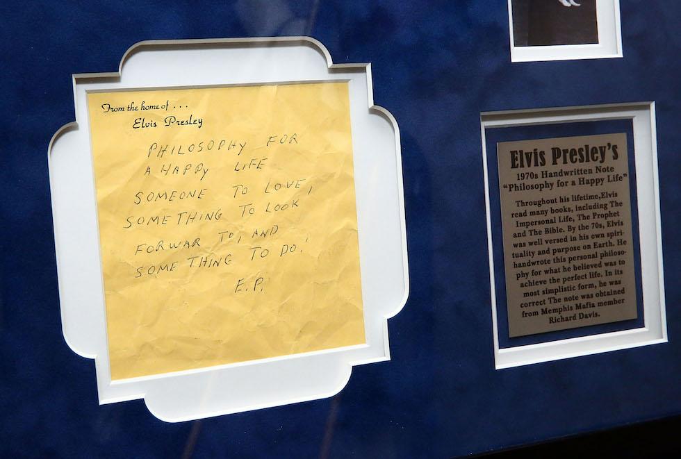 """Un bigliettino scritto a mano da Elvis Presley con """"la filosofia di una vita felice"""" (Astrid Stawiarz/Getty Images)"""